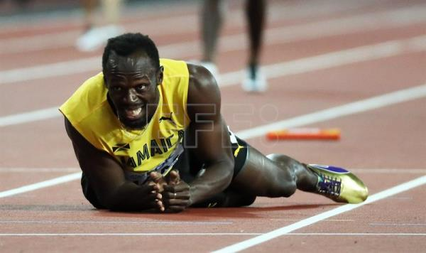 Jamaica's Usain Bolt falls to the track after sustaining an injury during the men's 4x100m Relay final at the London 2017 IAAF World Championships in London, Britain, 12 August 2017. (Londres, Relevos 4x100, Mundial de Atletismo, 100 metros, Estados Unidos) EFE