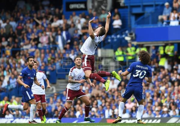 Chelsea's David Luiz (R) vies for the ball against Burnley's Sam Vokes (C) during the English Premier League match between Chelsea and Burnley at the Stamford Bridge stadium in London, Britain, 12 August 2017. EFE