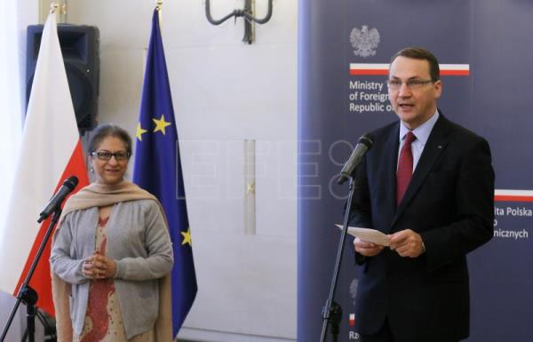 Pakistani lawyer and human rights activist Asma Jahangir (L) and then Polish foreign minister Radoslaw Sikorski (R) during the presentation of the Polish Foreign Ministry Prize 'Pro Dignitate Humana' ceremony in Warsaw, Poland, Jan. 29, 2014. EPA/FILE/PAWEL SUPERNAK POLAND OUT