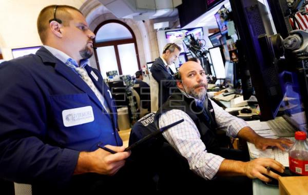 Wall Street plunges, Dow Jones down 3.05 pct.