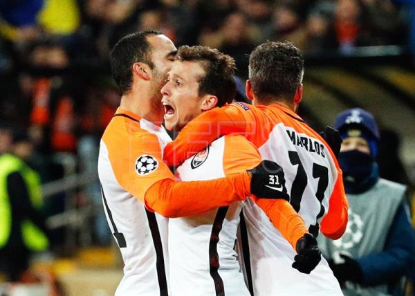 Bernard (C) of Shakhtar celebrates with his teammates after scoring the 1-0 lead during the UEFA Champions League group F soccer match between FC Shakhtar Donetsk and Manchester City FC in Kharkiv, Ukraine, Dec. 6, 2017. EPA-EFE/SERGEY DOLZHENKO