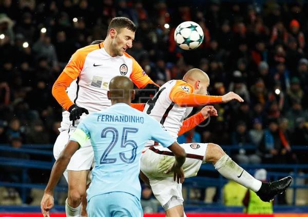 Ismaily (up L) of Shakhtar in action during the UEFA Champions League group F soccer match between FC Shakhtar Donetsk and Manchester City FC in Kharkiv, Ukraine, Dec. 6, 2017. EPA-EFE/SERGEY DOLZHENKO