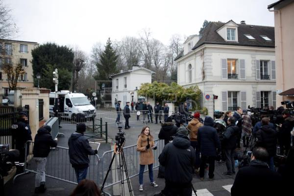 French police on duty as media gather near the house of the late French singer Johnny Hallyday after his death was announced during the night, in Marnes-la-Coquette, near Paris, France, Dec 6, 2017. EFE-EPA/YOAN VALAT