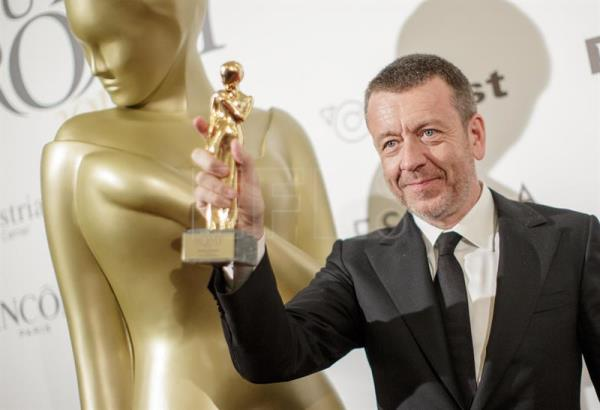 British writer and creator of the TV series 'The Crown' Peter Morgan poses with his Romy international award during the Romy gala TV award at the Hofburg palace in Vienna, Austria, 22 April 2017. EFE/Archivo