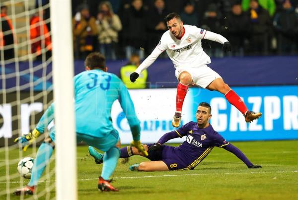 Sevilla's Pablo Sarabia (R) in action against Maribor's goalkeeper Jasmin Handanovic (L) during the UEFA Champions League group E soccer match between NK Maribor and FC Sevilla in Maribor, Slovenia, Dec. 6, 2017. EPA-EFE/ANTONIO BAT